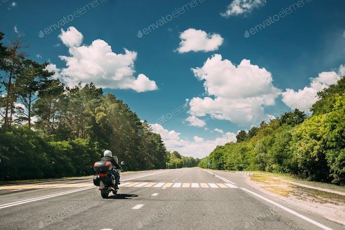 Reiter auf Motorrad, Motorrad Fahrrad in Bewegung auf Landstraße. M