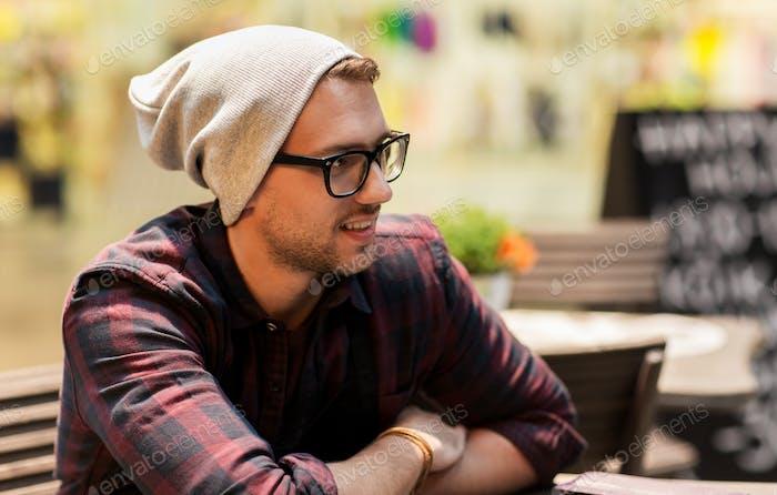 Alegre Hombre sonriente en gafas y sombrero hipster