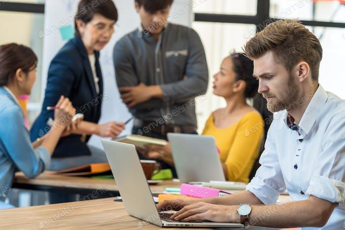 Hombre de negocios que trabaja en una acción seria con el ordenador