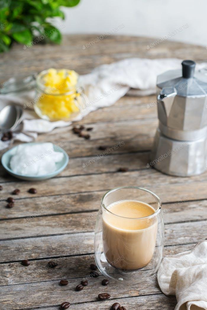 Keto, ketogener kugelsicherer Kaffee mit Kokosöl und Ghee Butter