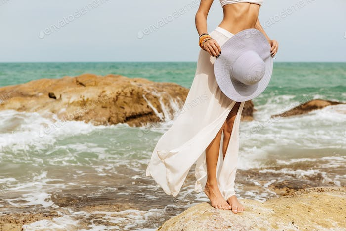 Hübsche Dame im Sommer Outfit am Strand.