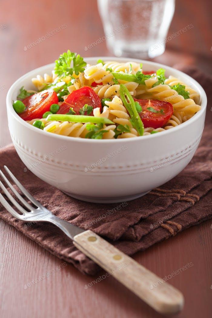 vegetarische Pasta Fusilli mit Tomatenerbsen Kräutern