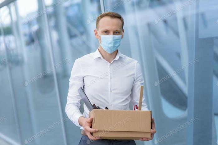 Despido de un empleado debido a la epidemia de coronavirus