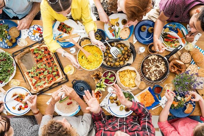 Menschen reden und essen zusammen