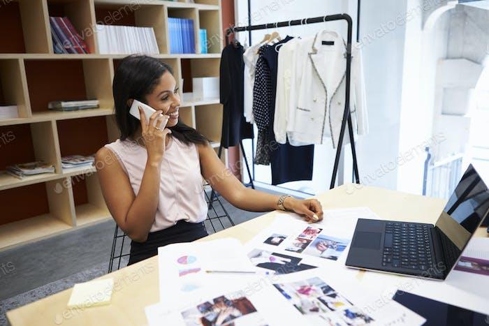 Junge weibliche Medien kreativ mit Smartphone im Büro