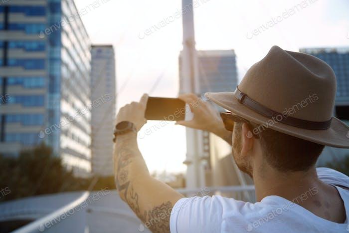 Tomar una foto de la ciudad al atardecer