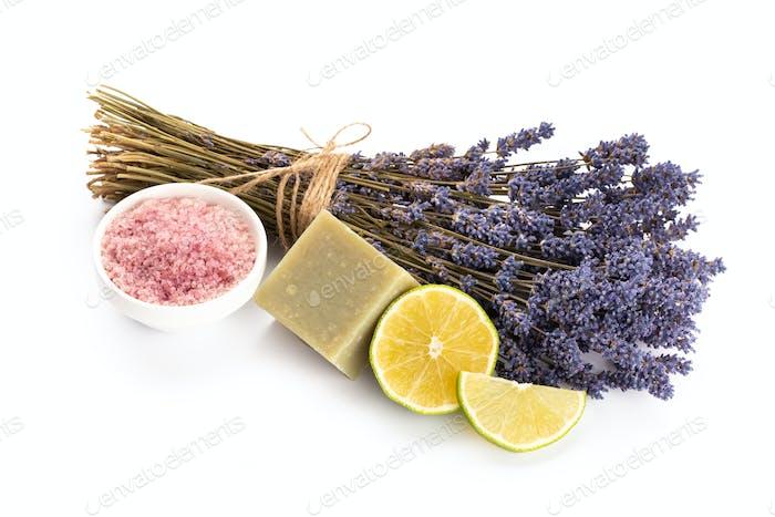 Lavendel Spa-Produkte mit getrockneten Lavendelblüten auf einem isolierten Hintergrund.