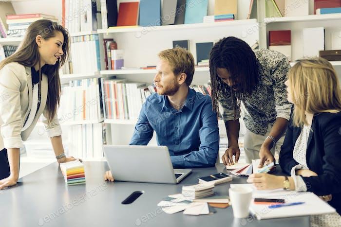 Lluvia de ideas en un escritorio de oficina