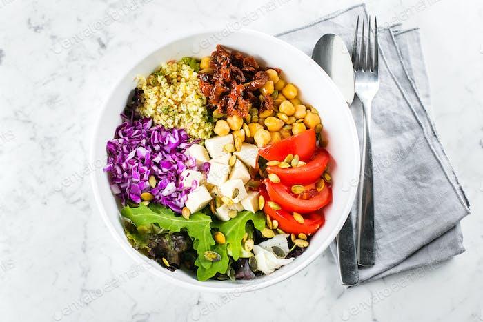 Vegetarische Buddha-Schale Gemüse, Tofu und Bulgur in weißer Schüssel. Vegetarisch, Detox-Lebensmittelkonzept.