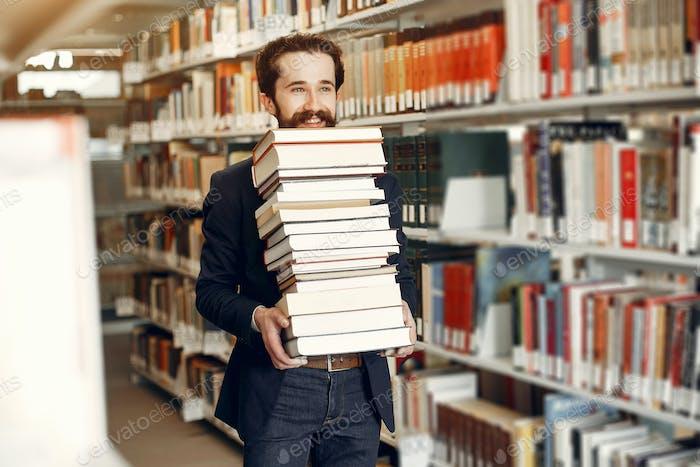 красивый парень исследование в в библиотека
