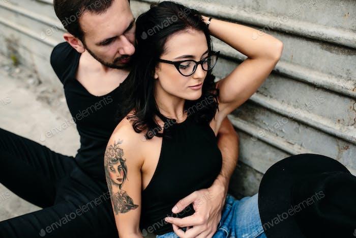 Mann und Frau posiert auf einem Hintergrund graue Wand