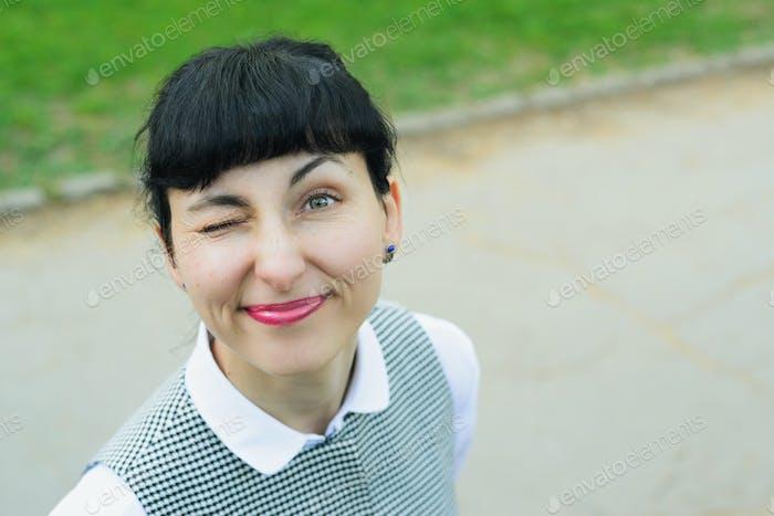 eine Frau verdrehte ihr Gesicht