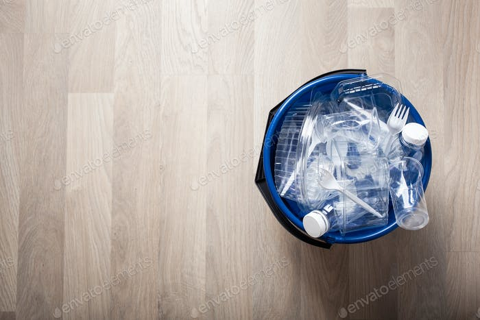 saubere recycelbare Plastikflaschen, Behälter, Becher in Müll-Bi