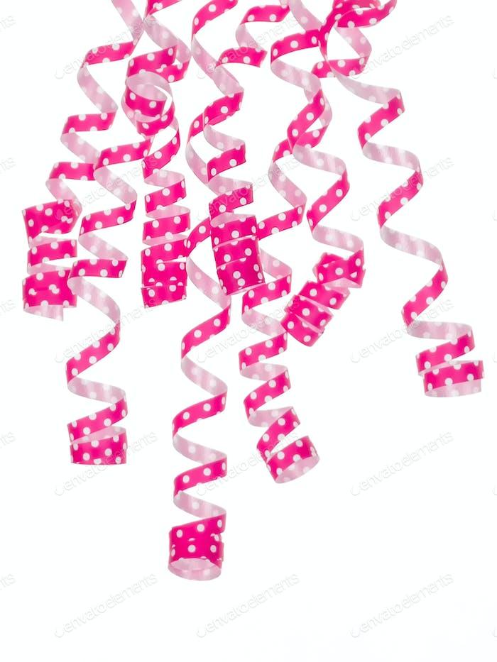 Rosa Bänder hängen vorne oben isoliert auf weißem Hintergrund