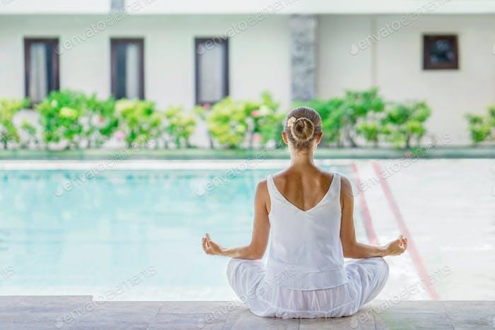 Йога у бассейна