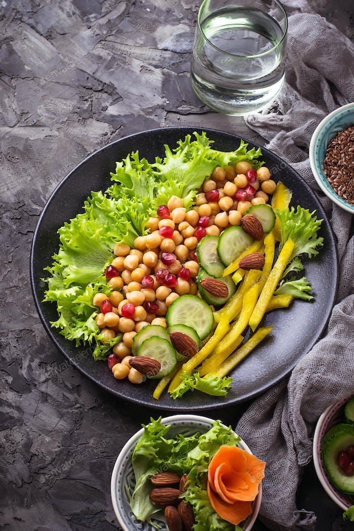 Salat mit Gurke, Pfeffer, Granatapfel Kichererbse