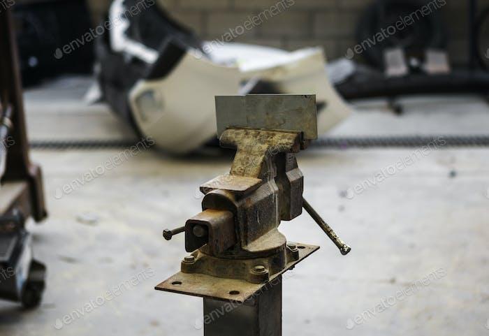 Tornillo de acero en un garaje