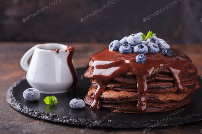 Pancake de chocolate con glaseado de chocolate, arándanos