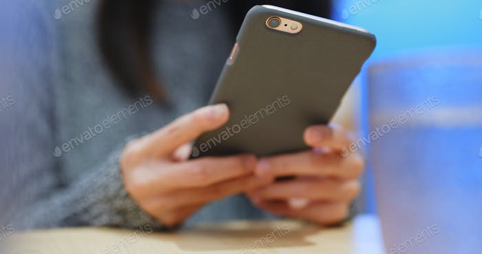 Using cellphone in restaurant