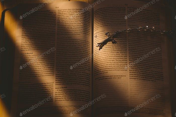 Offene Bibel und silbernes Kruzifix Overhead Shot