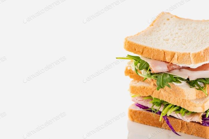 Frische Sandwiches mit Fleisch auf weißer Oberfläche