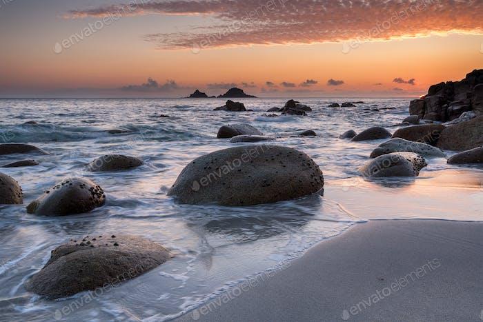 Sonnenuntergang auf einem Cornish Strand