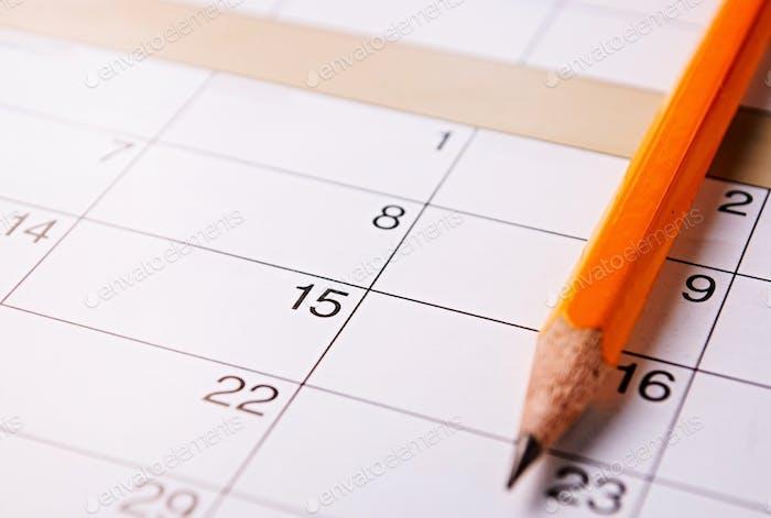 Lápiz acostado en un calendario