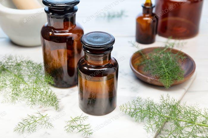 Fenchel ätherisches Öl auf Bernsteinflaschen