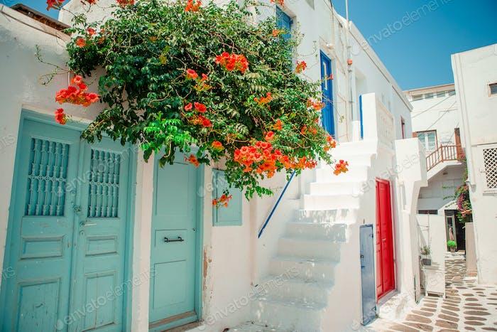 Traditionelle Häuser mit blauen Türen in den engen Gassen von Mykonos, Griechenland