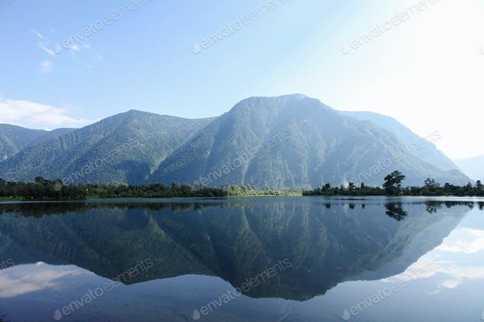 schöne Landschaftsansicht von Bergen und See, Altai, Russland