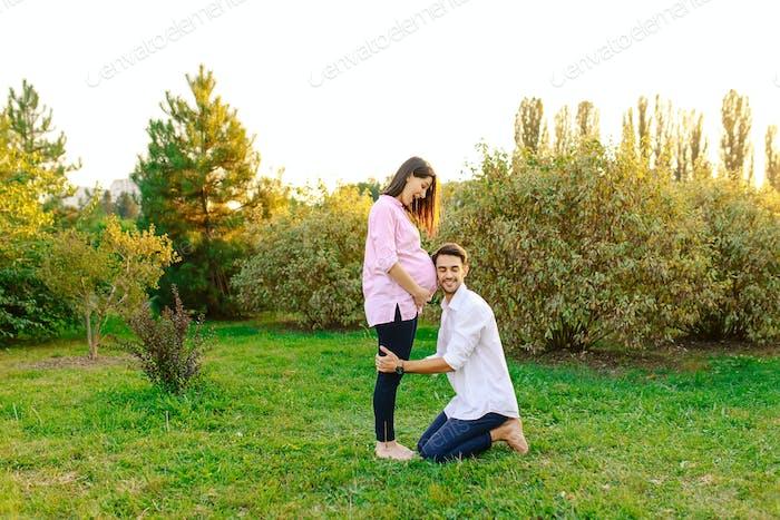Glückliche Zukunft Vater hören sein Baby lächelnd