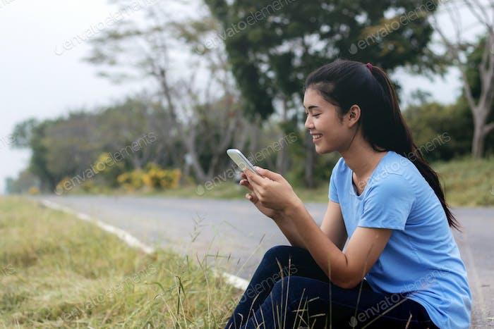 Mädchen mit Handy in park