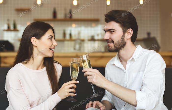 Glückliches junges Paar gratuliert einander mit Jahrestag
