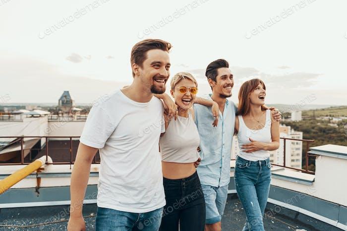 Grupo de Amigos disfrutando al aire libre en techo