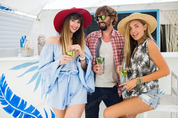 junge Hipster-Gesellschaft von Freunden im Urlaub