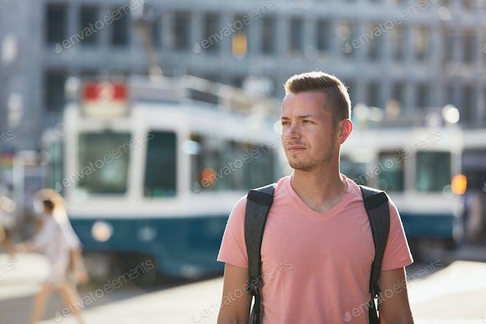 Placeit - Junger Mann zu Fuß auf belebten Stadtstraße