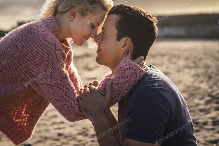 Engere Paar in schönem Liebesmoment zusammen fühlen die Emotion Nase berühren Nase und Umarmung