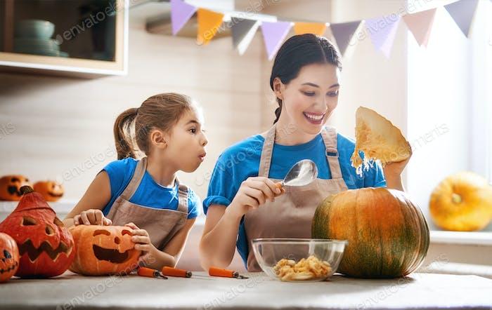 Familie Vorbereitung auf Halloween.