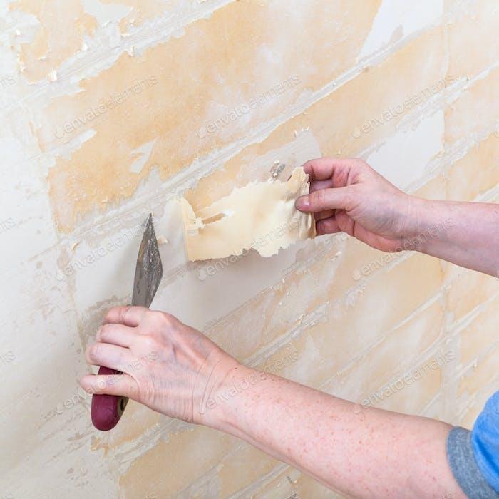 Reinigung der Wand von der Rückseite vor dem Tapezieren