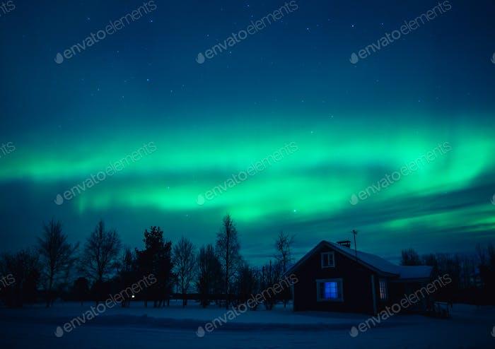Nordlichter (Aurora Borealis) über Hütte in Lappland Dorf. Finnland