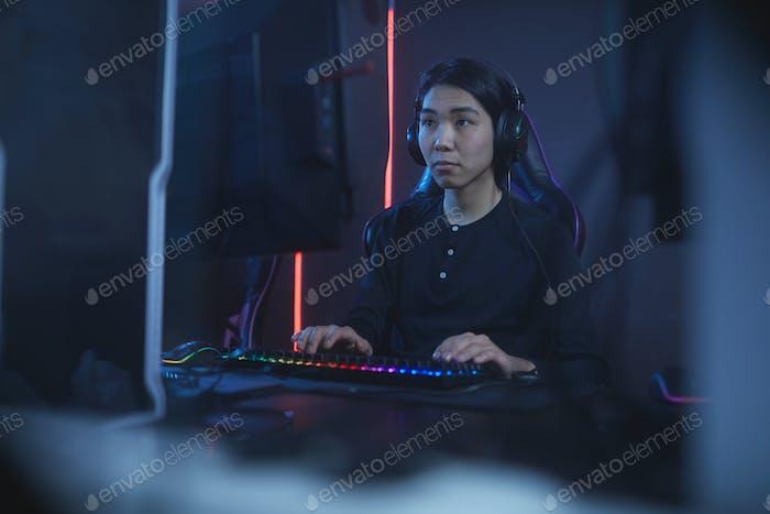 Mann spielt Video spiele