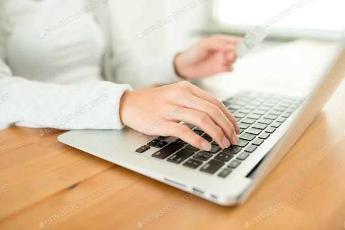 Mujer de compras en línea