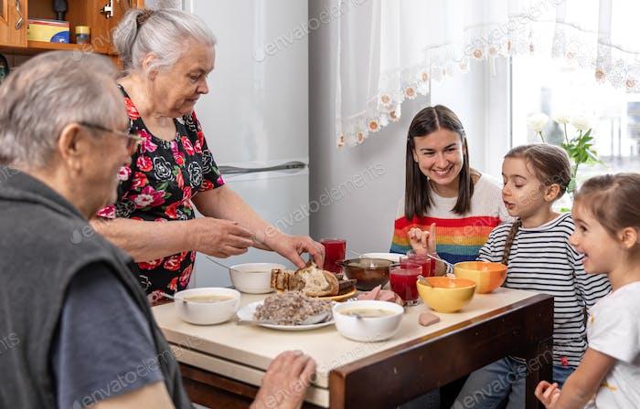 Almuerzo familiar en casa en casa de los abuelos.