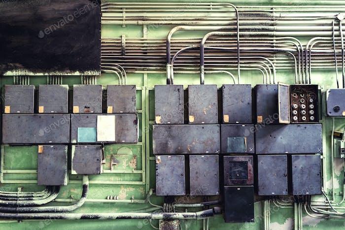 Schalttafel mit Sicherungen und Auftragnehmern im Controllerraum