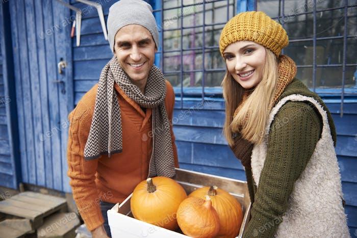 Glückliches Paar mit Bio Kürbisse