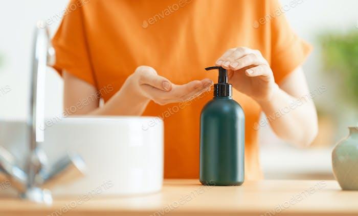 Человек мывает руки