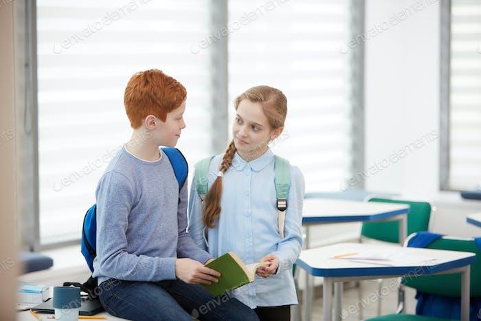 Junge und Mädchen chatten in der Schule Klassenzimmer