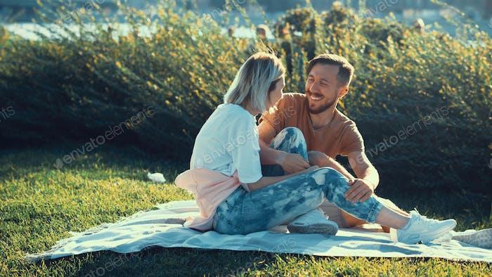 Lächelnd junges Paar