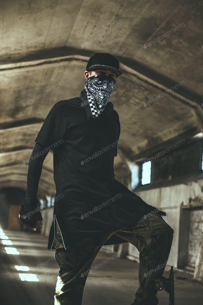 Плохой гангстер в маске.