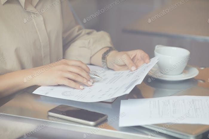 Mujer leyendo documento